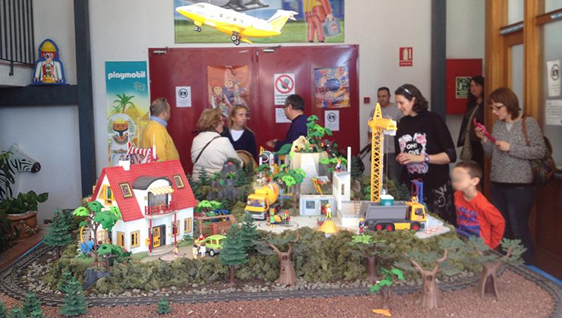 Un diorama con diferentes escenas recibe a los visitantes a la fábrica de playmobil.