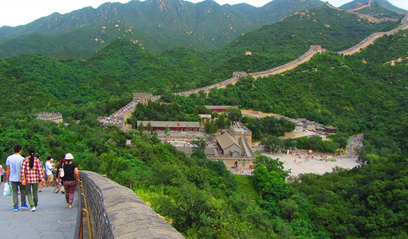 Vista del centro de visitantes de la Gran Muralla China en el tramo de Badaling.