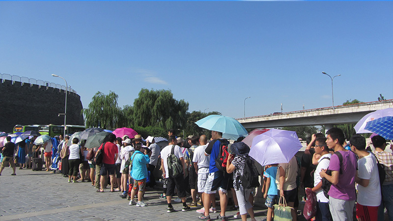 Cola para acceder al autobús 919 hacia la Gran Muralla China.