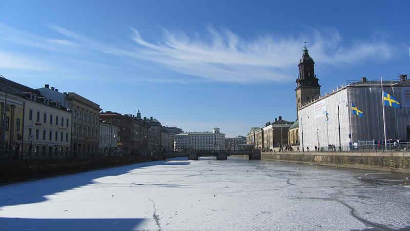 Uno de los canales del centro de Gotemburgo (Goteborg) helado.