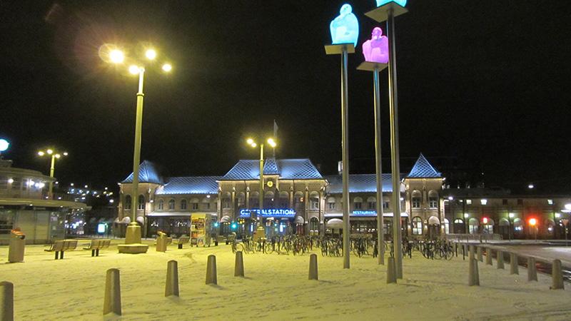 Vista nocturna de la estación de tren de Gotemburgo (Goteborg).