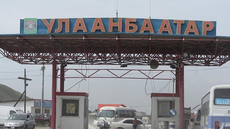 Peaje de la autopista de salida de Ulan Bator en Mongolia.