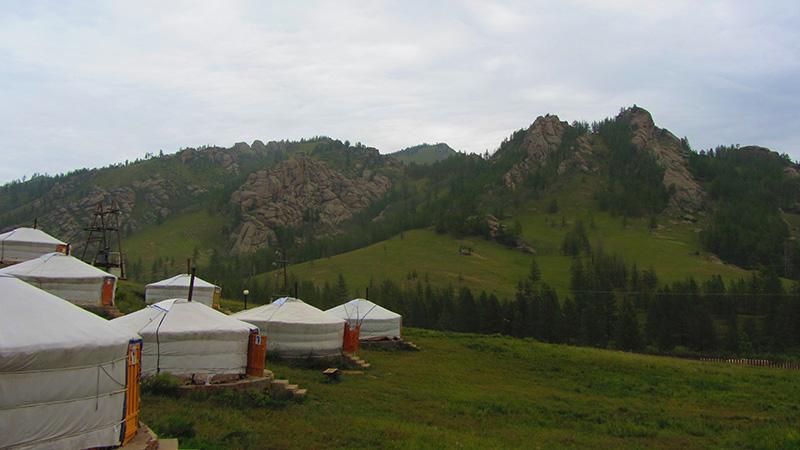 Vista de nuestro Gercamp (campamento de Yurtas) en el parque Nacional de Gorkhi - Terelj en Mongolia.