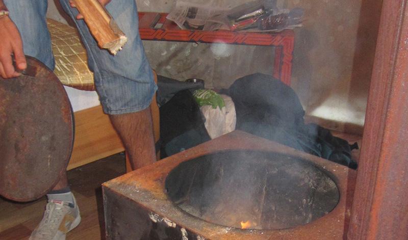 Alimentando la estufa de leña de nuestra Yurta o ger en el parque Nacional de Gorkhi - Terelj