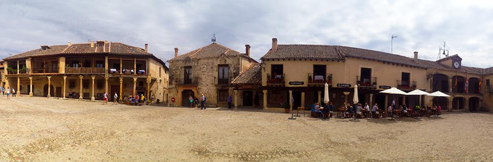 Fotografía panorámica de la plaza mayor de Pedraza, en Segovia.