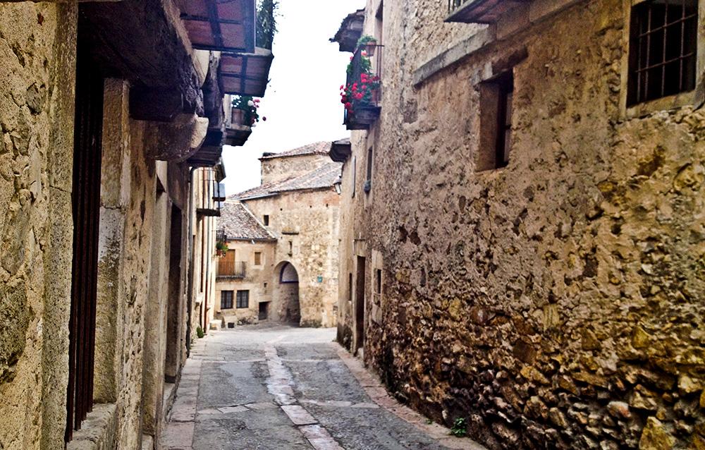 Una de las calles de Pedraza, la ciudad medieval amurallada de Segovia.