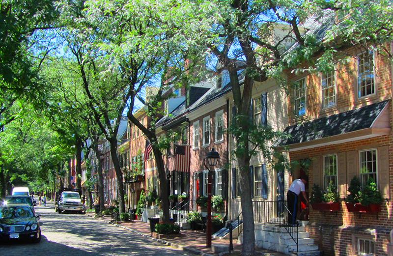 Una de las calles residenciales del centro histórico de Filadelfia.