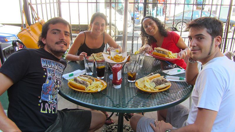 Tomando un genuino Philly Cheesesteak en Filadelfia.