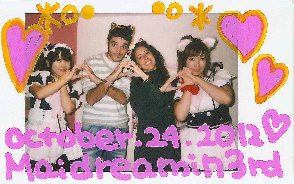 Nuestra bochornosa actuación sobre el escenario del Maid Cafe de Akihabara en Tokio.