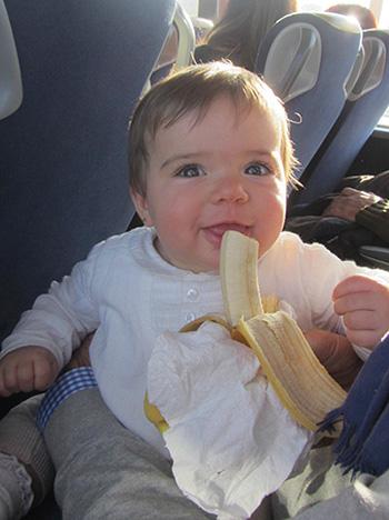 Almorzando en el autobús de camino al centro de París. París con un bebé.