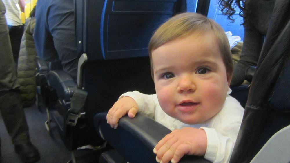 El primer viaje en avión de Lucía. Un bebé en París.