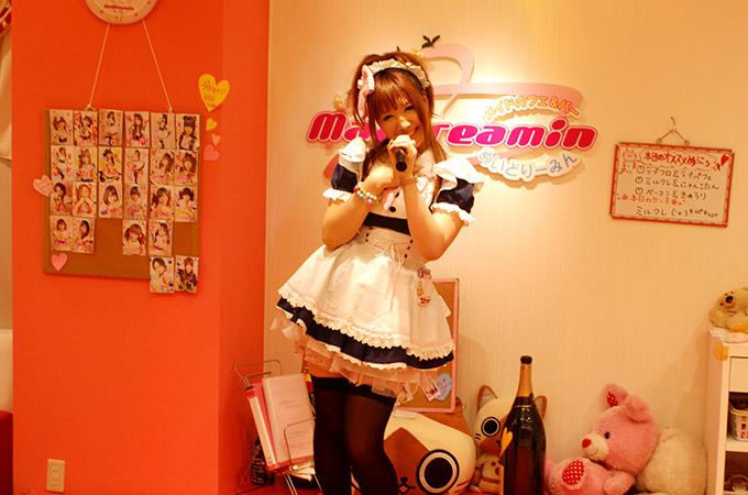 Una Maid canta en el ecenario de Karaoke del Maidreamin 3 de Akihabara en Tokio.