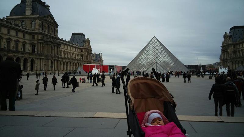 Lucía se plantea si entrar o no al museo del Louvre de París. París con un bebé.