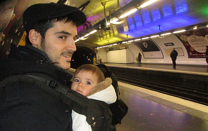 Para moverse en el metro de París con un bebé lo mejor es una mochila.