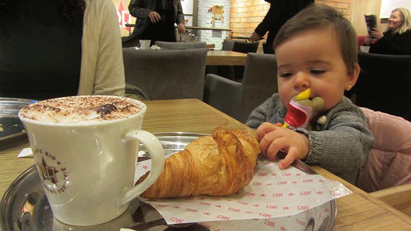 En los locales modernos y franquicias de París suele haber tronas para bebés.