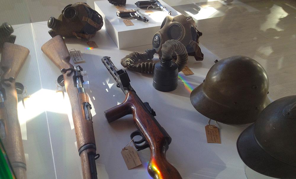 Material bélico de la Guerra Civil en el Centro de Interpretación de Refugios Antiaéreos de Alicante.