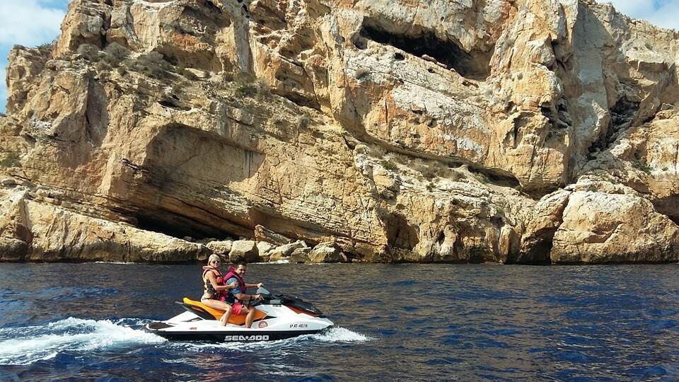 Pepe y Vicen durante la excursión en moto de agua por la Isla de Benidorm.