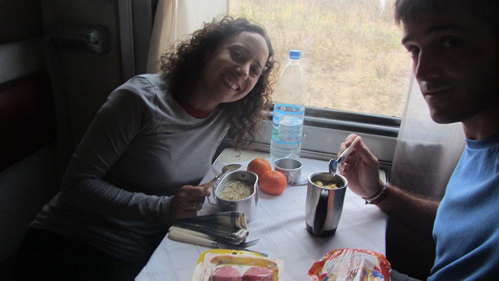 Típica comida en un vagón del transiberiano.