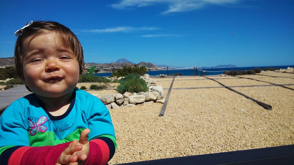 Lucía se lo pasa en grande en la Illeta dels Banyets de El Campello.