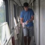 Volviendo del Samovar con la taza llena de agua caliente en el pasillo del tren transiberiano.
