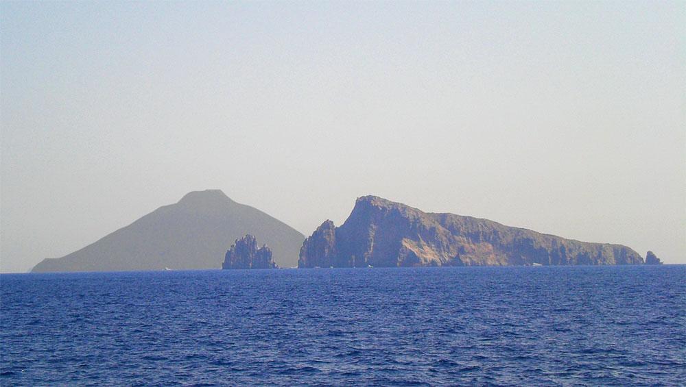 La Isla volcán Stromboli vista desde el mar Tirreno.