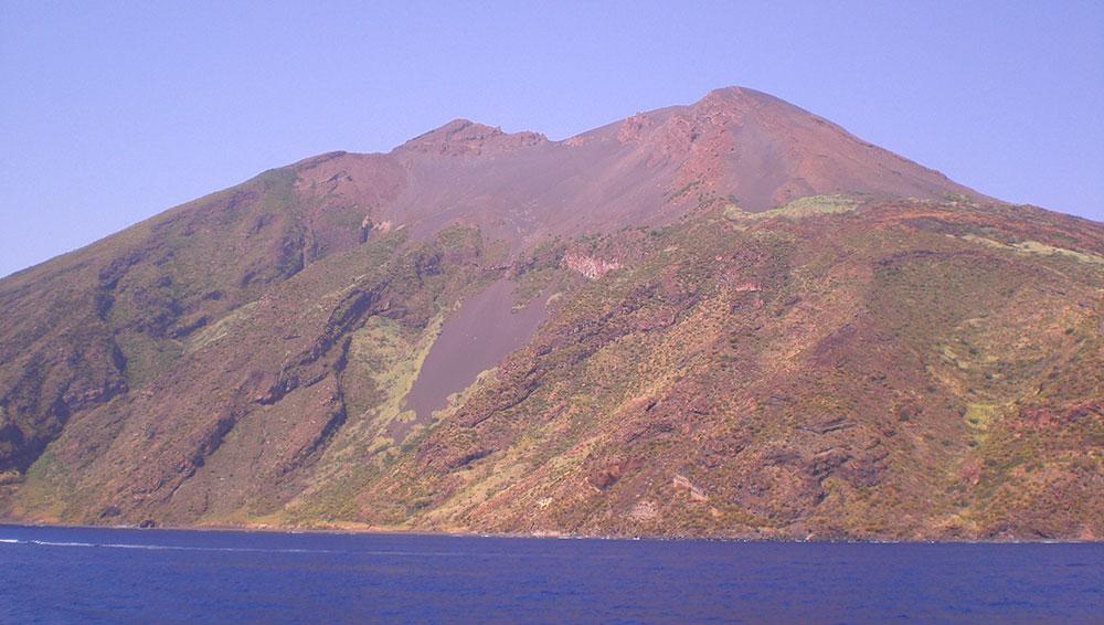 La sciara del fuoco de la Isla volcán Stromboli vista desde el mar.