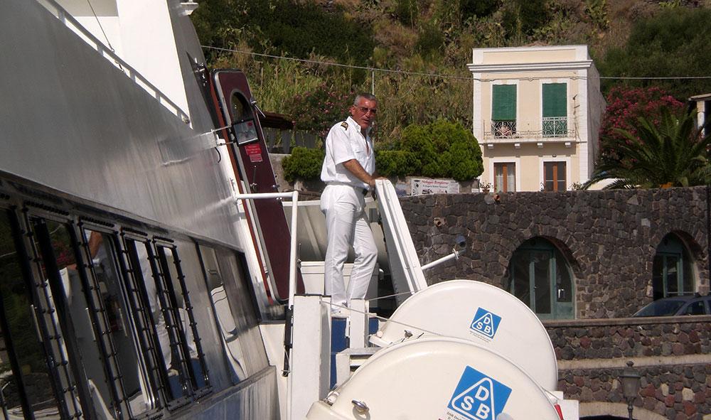 El ferry desde Milazzo a Stromboli y su apuesto capitán George Clooney.