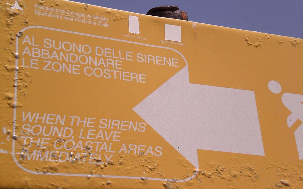 Señal que advierte del peligro de erupciones volcánicas en Stromboli.