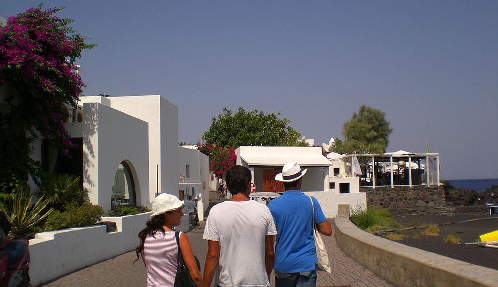 Paseando por las blancas calles de Scari, en la Isla de Stromboli, Sicilia.