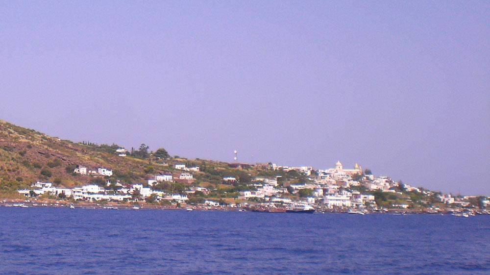 Vista del núcleo habitado de la Isla de Stromboli en Sicilia.