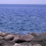 Las playas de arena negra de la isla volcán de Stromboli.