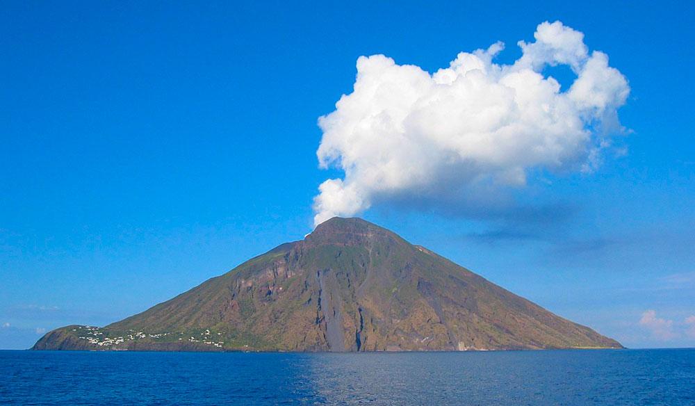 Imagen de wikipedia del volcán Stromboli visto desde el mar.