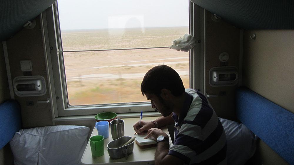 Desierto de Gobi en Mongolia visto desde el el compartimento del Transmongoliano.