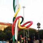 Monumento 'Aguja, hilo y nudo' en la Piazza Cadorna de Milán.