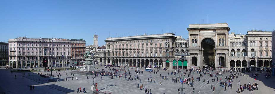Vista panorámica de la Piazza del Duomo de Milán.