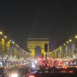 El Arco de triunfo visto desde los Campos Elíseos de París.